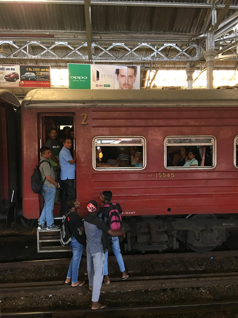 1.OPPO手机注视下的火车站.jpg