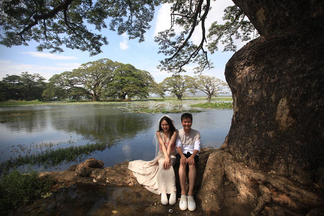 6. Yala湖旁边,架起三脚架,我们的婚纱自己拍.jpg