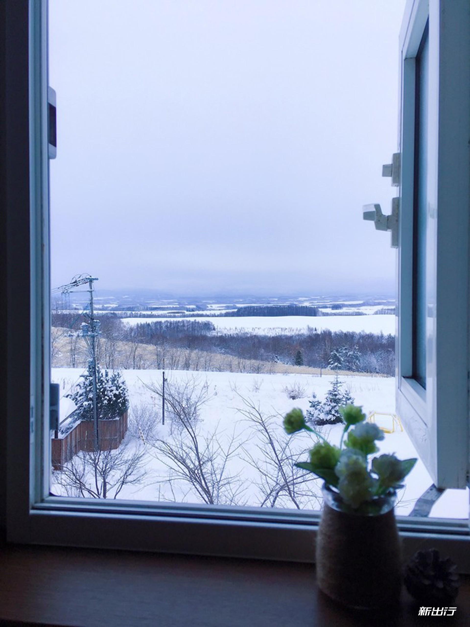 我被安排在旅馆最高处的小阁楼里.从这里的小窗外可以看到最美的风景.