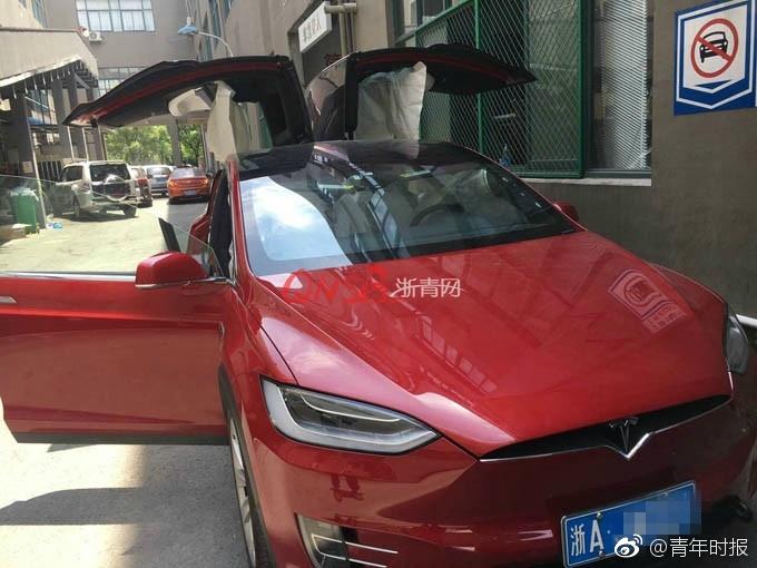 杭州特斯拉Model X怠速时8安全气囊弹出-4.jpg