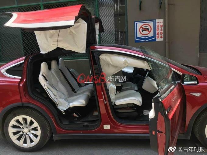 杭州特斯拉Model X怠速时8安全气囊弹出.jpg