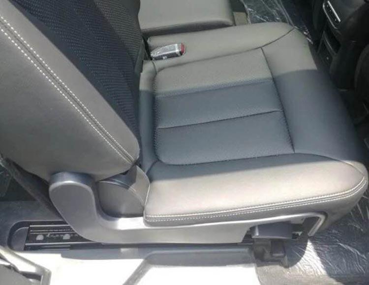 3-宋7座MPV第二排座椅前后调节.jpg