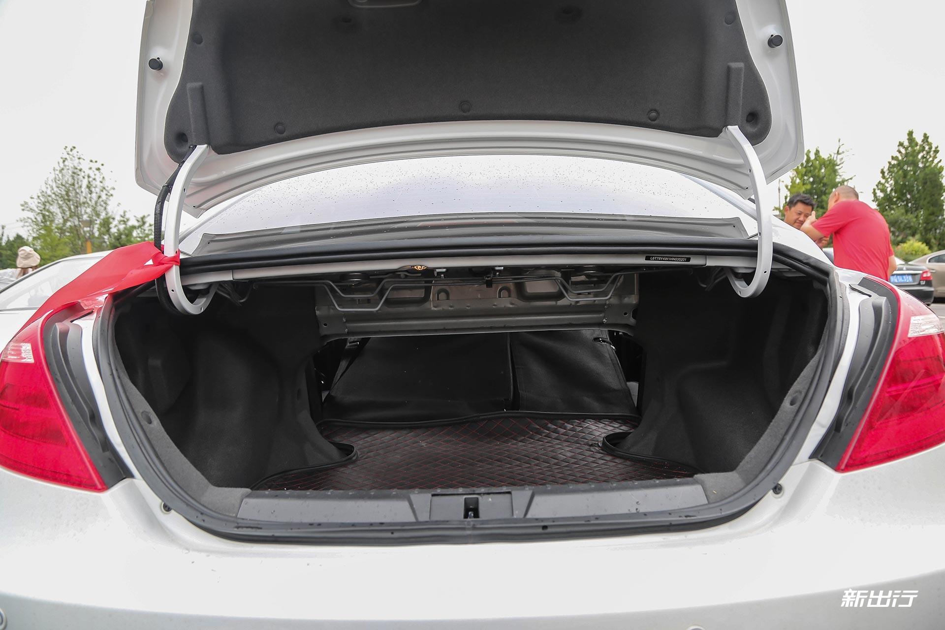 ▲ 吉利帝豪EV300 后排放倒-能否技压群雄 荣威ERX5独挑4款热门纯