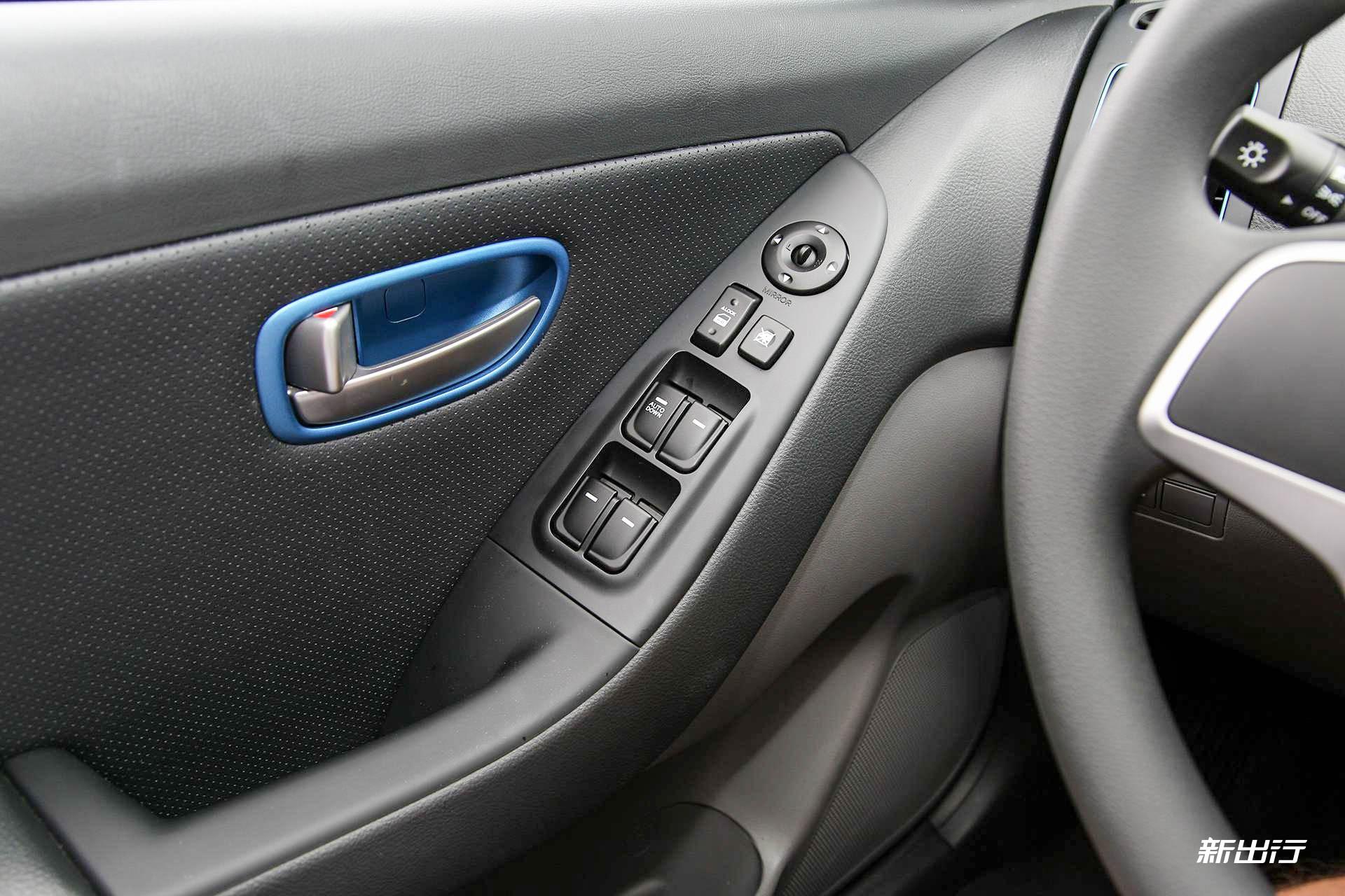 从汽油版本进化而来的电动汽车当然需要全新的仪表盘设计,而伊兰特 e