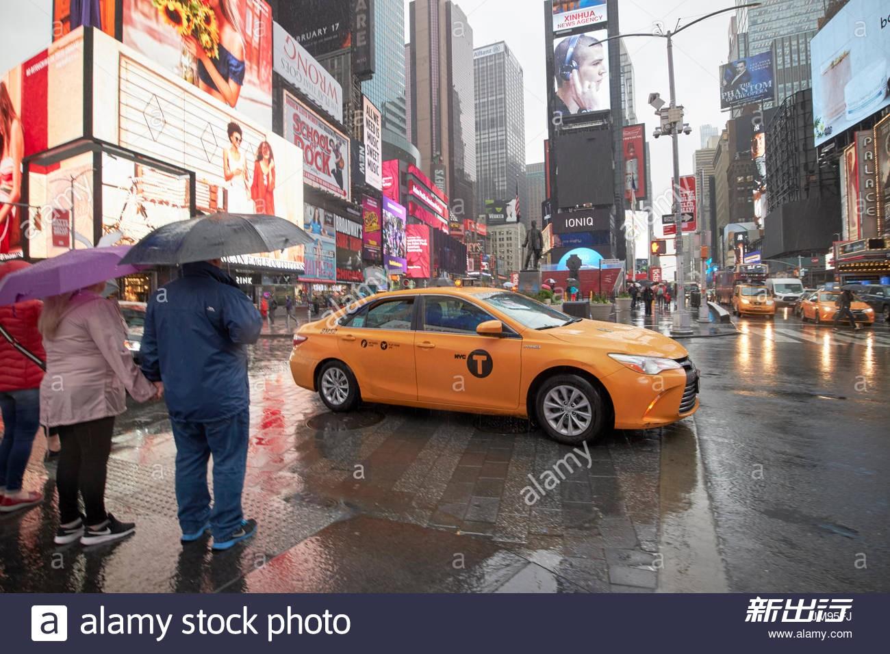 toyota-camry-hybrid-new-york-yellow-taxi-cab-crossing-times-square-JM95FJ.jpg