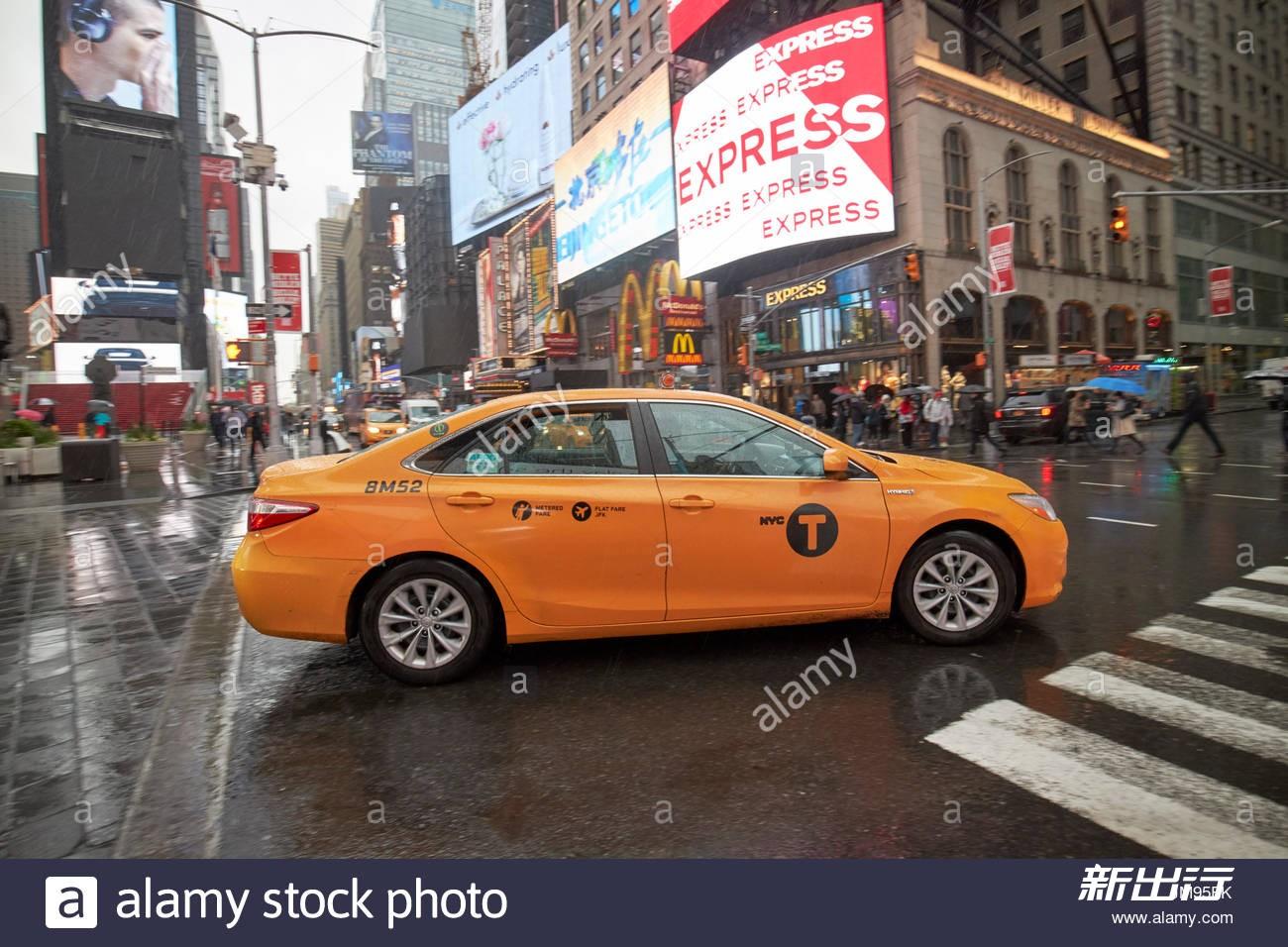 toyota-camry-hybrid-new-york-yellow-taxi-cab-crossing-times-square-JM95FK.jpg