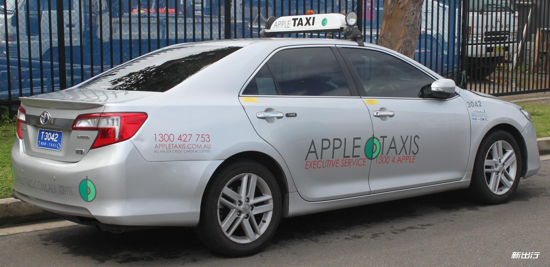 2013_Toyota_Camry_(AVV50R)_Hybrid_HL_sedan,_Apple_Taxis_(21759047584)_1.jpg